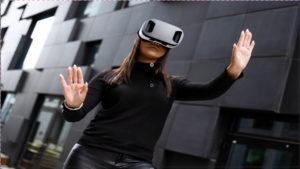 נערה עם מסיכת מציאות מדומה